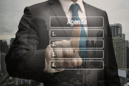 Doppelbelichtungsgeschäftsmann CEO-Hand, die virtuelle Platte der Tagesordnungsliste berührt Standard-Bild - 90420817