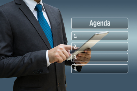 Geschäftsmannhand unter Verwendung der digitalen Tablette mit virtueller Platte der Tagesordnung Liste Standard-Bild - 90866870