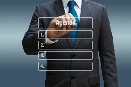 Geschäftsmannhand, die virtuelle Platte der Tagesordnungsliste berührt Standard-Bild - 90747661