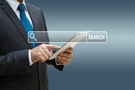 Geschäftsmannhand , die digitale Tablette für Informationen auf Internet verwendet Standard-Bild - 91882389