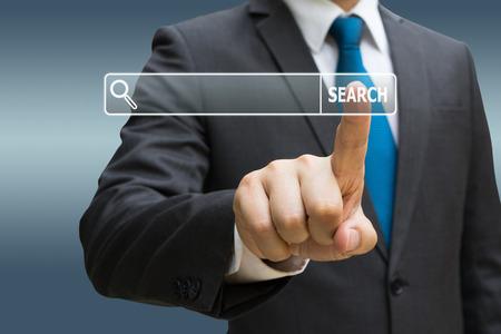 Geschäftsmann CEO Hand berühren virtuelle Panel Internet suchen Bildschirm Standard-Bild - 91882391
