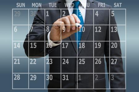 Geschäftsmannhand , die virtuelle Panel des Kalenders Planer berührt Standard-Bild - 92983389