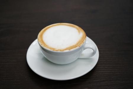 Eine Tasse Kaffee auf dem Tisch Standard-Bild - 99481013