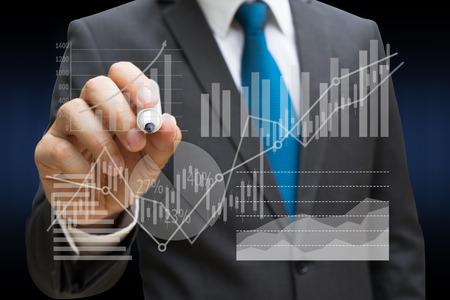 Hombre de negocios dibujando el panel virtual de gráfico circular y otro gráfico, concepto de negocio Foto de archivo