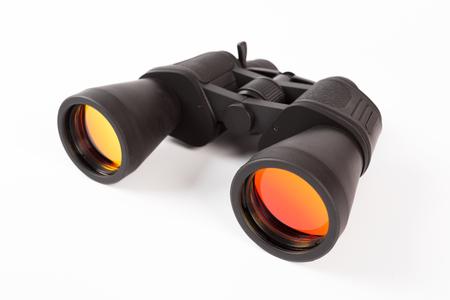 Prismáticos negros con lente naranja aislado sobre fondo blanco. Foto de archivo