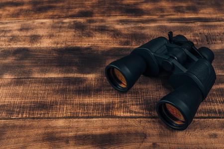 Vue aérienne de l'équipement de voyage pour un voyage de randonnée sur plancher en bois. Concept de temps pour voyager.
