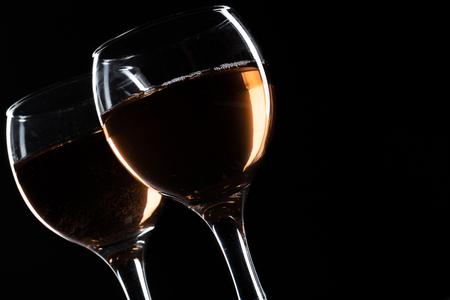 bicchiere di vino rosso, rosato e bianco su sfondo nero. Progettazione del menu della carta dei vini. Primo piano di calici con vini di lusso per la degustazione di vini wine