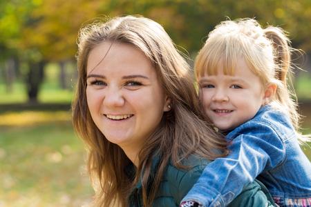 feliz madre jugando con su hija en el parque en verano Foto de archivo