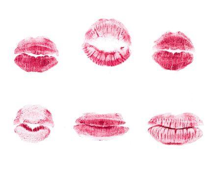 Beso de lápiz labial rojo aislado sobre fondo blanco.
