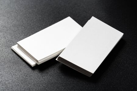 Maqueta de tarjetas de visita en fondo oscuro.