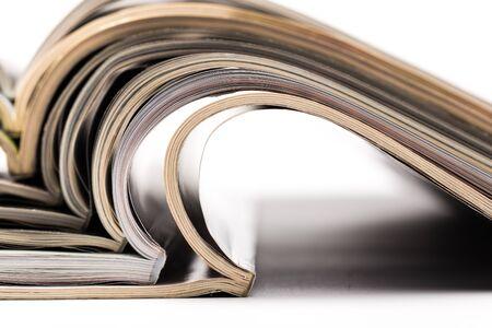 mise au point sélective de la place du magazine d'empilage sur fond blanc. Abstrait coloré
