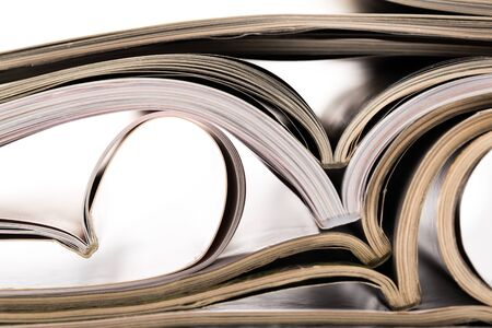 selectieve focus van het stapelen tijdschrift plaats op een witte achtergrond. Kleurrijke abstracte achtergrond
