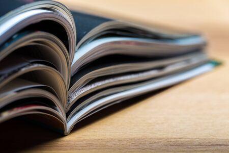 Immagine di sfondo astratto colorato di riviste impilate su un tavolo di legno