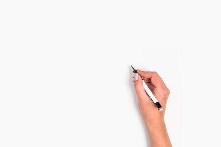 Weibliche Hände halten einen Stift. Isoliert auf weißem Hintergrund. Kopierraum, Vorlage.