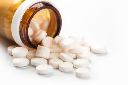 Pillole, compresse e capsule di medicina farmaceutica assortite. Sfondo di pillole. Mucchio di vari colori assortiti di compresse e pillole medicinali su sfondo bianco. Assistenza sanitaria.Vista dall'alto.Copia spazio