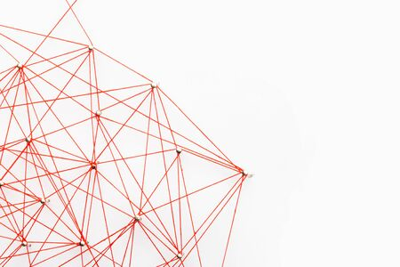 Una gran rejilla de pines conectados con una cuerda. Comunicación, concepto de red. rojo