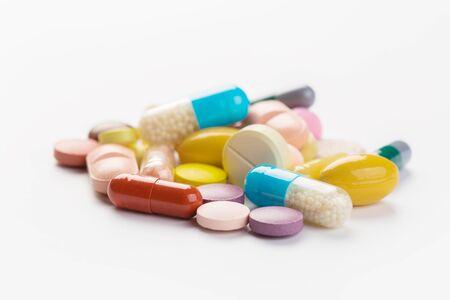 Surtido de píldoras, tabletas y cápsulas de medicina farmacéutica sobre fondo blanco. Foto de archivo