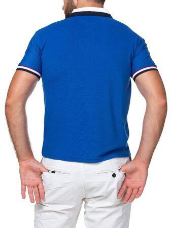 leeres farbiges T-Shirt am Mann (Rückseite) isoliert auf weißem Hintergrund
