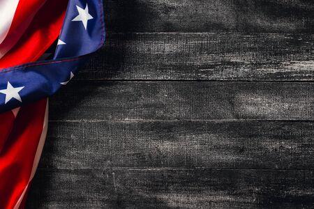 Bandiera americana su sfondo scuro. Bandiera Veterans Day Concept Archivio Fotografico