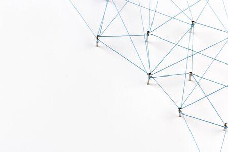 Una gran red de pines conectados con una cuerda Comunicación, tecnología, concepto de red.