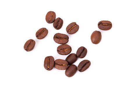chicchi di caffè tostati. Isolato su uno sfondo bianco.