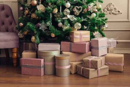 Christmas and New Year decorations with lights.Christmas tree and gift boxes left by santa claus Banque d'images - 138460508