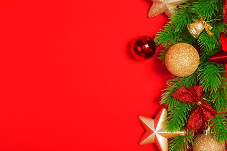 Christmas red background with herringbone and decor. Gold and red jewelry. Top view with space for copy. Banque d'images - 138460263