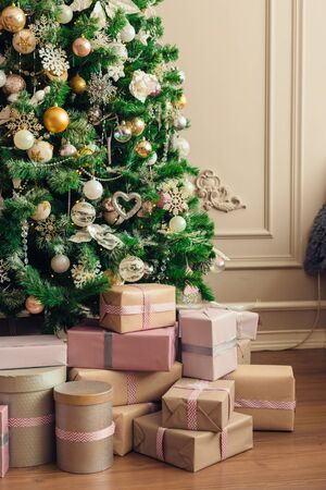 Christmas and New Year decorations with lights.Christmas tree and gift boxes left by santa claus Banque d'images - 138460642