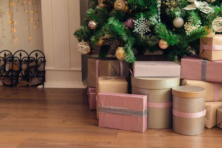 Christmas and New Year decorations with lights.Christmas tree and gift boxes left by santa claus Banque d'images - 138460394