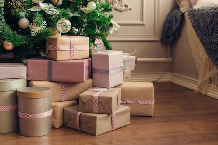 Christmas and New Year decorations with lights.Christmas tree and gift boxes left by santa claus Banque d'images - 138460337
