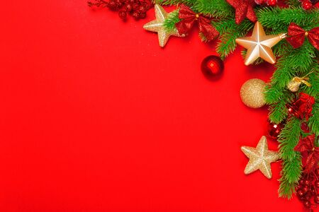 Christmas red background with herringbone and decor. Gold and red jewelry. Top view with space for copy. Banque d'images - 138460551