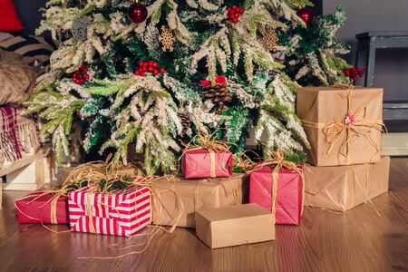 Christmas and New Year decorations with lights.Christmas tree and gift boxes left by santa claus Banque d'images - 138464841