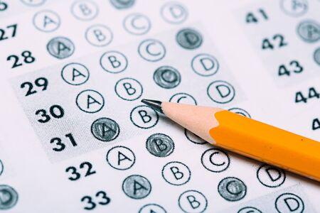 Bleistift für die Prüfung. gedruckter Schultest Antwortbogen