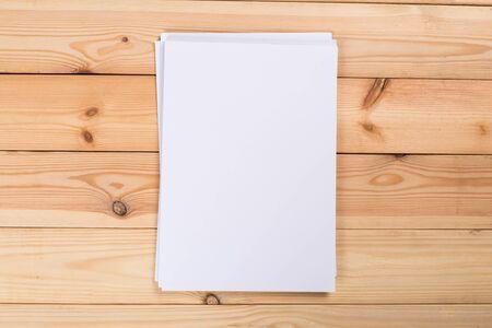 Draufsicht des modernen Schreibtischbüroarbeitsplatzes mit A4-Papier. Leere Branding-Vorlage. Foto leeres Formular. Mock-up für Portfolio-Design. Standard-Bild
