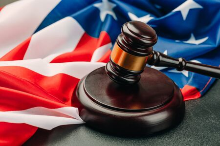 the judge gavel and background with usa flag 免版税图像