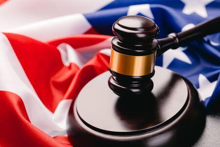Marteau de juge sur le fond du drapeau des États-Unis d'Amérique