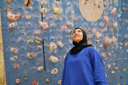 A muslim woman and wall climbing activity 版權商用圖片 - 126885942