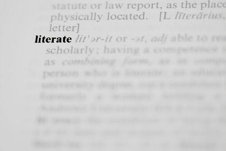 sachant lire et �crire: Les lettr�s de mot comme une entr�e de dictionnaire dans une photographie horizontale. Banque d'images