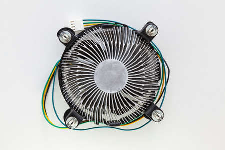 Heatsink fan of a microprocessor on a white background. It has yellow, black, blue and green colored cables and a connector for the motherboard. Foto de archivo