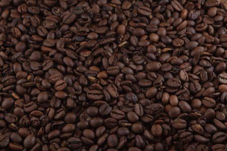 Mosaic made up of many coffee beans, which are dark in color because the environment is poorly lit. It serves as a texture or background. Foto de archivo