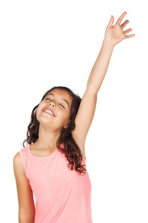 Schattig klein Afrikaans kind met vlechten dragen van een fel groen shirt. Het meisje is aanbidden met haar hand opgeheven.