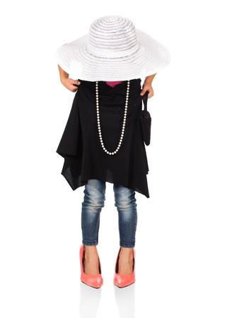 jolie petite fille: Adorable fille mignonne caucasien joue habiller. Elle est v�tue d'une robe noire, chapeau blanc, boucles d'oreilles et de corail chaussures � talons hauts.