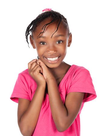 Schattig klein Afrikaans kind met vlechten dragen van een fel roze shirt. Het meisje bevindt zich en lacht naar de camera.