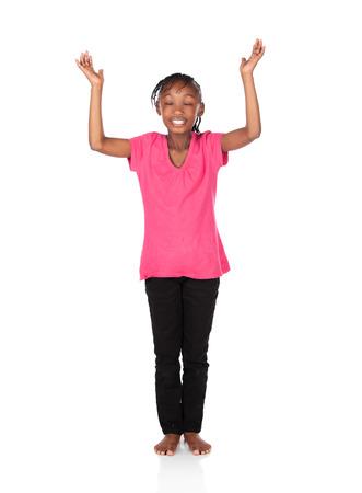 skinny jeans: Peque�o ni�o africano adorable con las trenzas con una camisa de color verde brillante y pantalones vaqueros flacos negros. La ni�a est� adorando con sus manos levant�. Foto de archivo