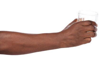 Afrikaanse hand die uit een helder glas water.
