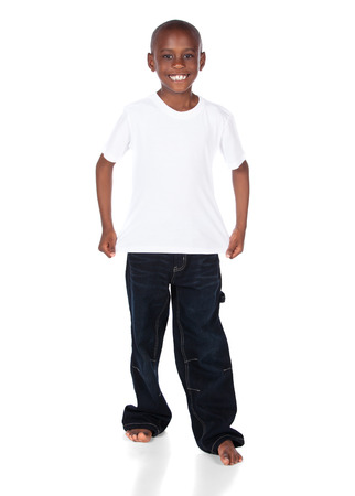 Leuke Afrikaanse jongen die een heldere witte t-shirt en donkere denim jeans. Stockfoto