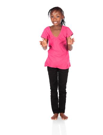 skinny jeans: Adorable ni�o peque�o africano con trenzas llevaba una camisa de color verde brillante y negro jeans ajustados. La ni�a est� aplaudiendo sus manos. Foto de archivo