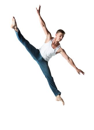 Volwassen mannelijke danser draagt een wit shirt en een spijkerbroek. Beeld is geïsoleerd op een witte achtergrond.