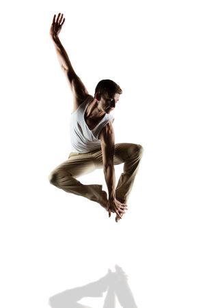 danza contemporanea: Bailarín masculino caucásico adulto con una camisa blanca y pantalones beige. La imagen está aislado en un fondo blanco.