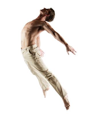 Volwassen Kaukasische mannelijke danser draagt beige broek. Image is geïsoleerd op een witte achtergrond.